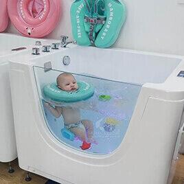 Hình ảnh Bơi thủy liệu cho bé Momcare24h
